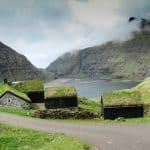 Kør selv ferie på Færøerne. Besøg Saksun med den fredede Kongsbondegård Dúvugardar.