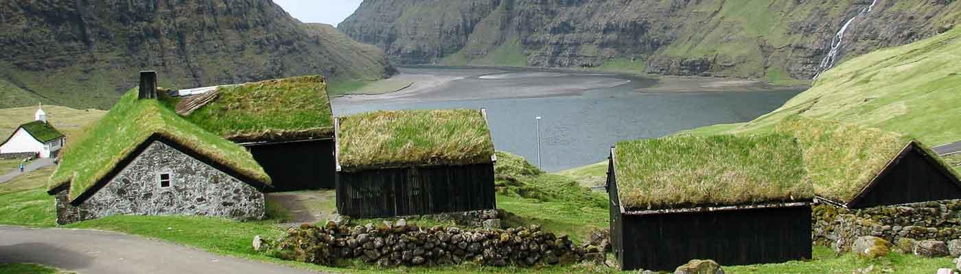 Rejser til Færøerne - Natur er hovedemnet for vores pakkerejser. Oplev den smukke gård Saksun på en kør-selv ferie på Færøerne