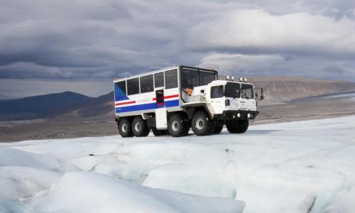 Med monstertruck på vej til ishulen på Langjökull gletsjeren.
